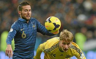 Yohan Cabaye à la lutte avec l'Ukrainien Bezus mardi au Stade de France.