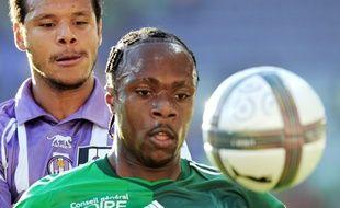 Albin Ebondo, sous le maillot de Saint-Etienne, face au TFC de Daniel Braaten, le 11 septembre 2010 au Stadium de Toulouse.