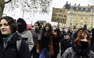 Lors de la mobilisation contre la réforme des retraites, le 10 décembre 2019 à Rennes, cette jeune fille brandit une pancarte qui fait référence à la série Kaamelott.
