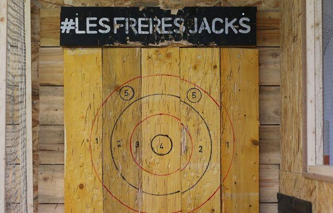 Le jeu consiste à lancer une hache sur une cible, à une distance de quatre mètres.