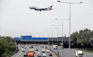 Un avion se prépare à atterrir sur l'aéroport londonnien d'Heathrow (image d'illustration).