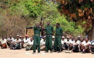 Levés à l'aube et sur le pied de guerre, quelques centaines de vétérans de la guérilla anti-communiste qui a ensanglanté le Mozambique jusqu'en 1992, ont repris le maquis avec leur ancien chef, le leader de l'opposition Afonso Dhlakama, se disant prêts à en découdre pour obtenir un meilleur partage du pouvoir et des richesses.