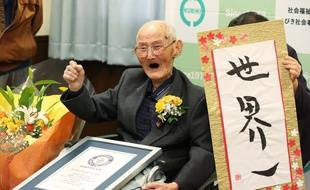 Chitetsu Watanabe est «premier du monde», dit une pancarte à côté du doyen de l'humanité, âgé de 112 ans.  Il a reçu officiellement son titre Guinness le 12 février 2020.