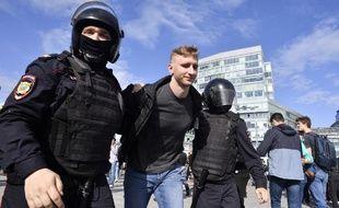 Les forces de police russes arrêtent un manifestant lors d'une manifestation non autorisée de l'opposition pour des élections municipales démocratiques en septembre, à Moscou, le 3 août 2019.