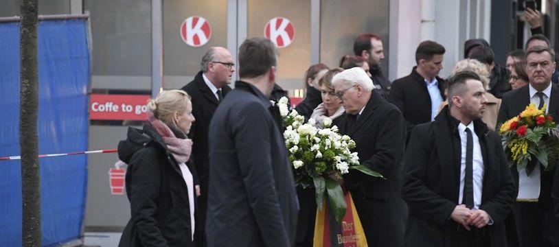 Le président allemand, Frank-Walter Steinmeier, sur les lieux des attaques de mercredi soir.