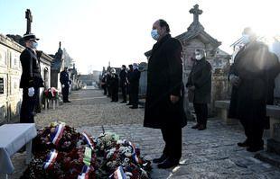 L'ancien président français François Hollande se tient devant la tombe de l'ancien président François Mitterrand lors d'une cérémonie d'hommage de dépôt de gerbes marquant le 25e anniversaire de sa mort, le 8 janvier 2021 au cimetière de Jarnac.