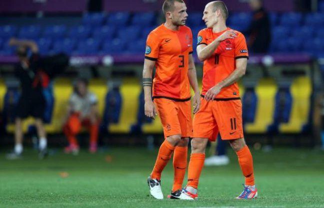 Les Néerlandais Arjen Robben (droite) et John Heitinga, le 9 juin 2012 à Kharkiv.