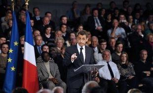 """Nicolas Sarkozy a défendu mardi à Saint-Quentin (Aisne) sa politique économique face à la crise, promettant d'aller encore """"plus loin"""", mais s'est refusé à proposer une loi interdisant les stock-options ou les parachutes dorés pour les dirigeants d'entreprise en difficulté, vilipendés à droite comme à gauche."""
