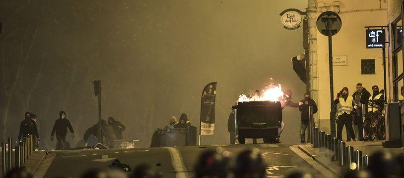 "Une manifestation nocturne des ""gilets jaunes"" à Tarbes. Illustration."