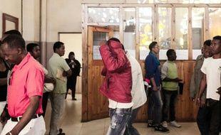 Un accusé cache son visage alors qu'il quitte le tribunal d'Antananarivo, le 9 octobre 2015