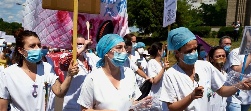 Le personnel de l'hôpital Robert Debré manifeste contre ses conditions de travail, le 21 mai 2020