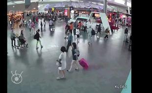 Capture d'écran des images de vidéosurveillance de l'aéroport de Kuala Lumpur diffusées par une télévision japonaise.