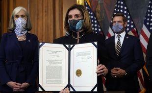 Après le vote sur l'impeachment de Donald Trump, Nancy Pelosi a signé l'acte d'accusation contre le président américain le 13 janvier 2021.