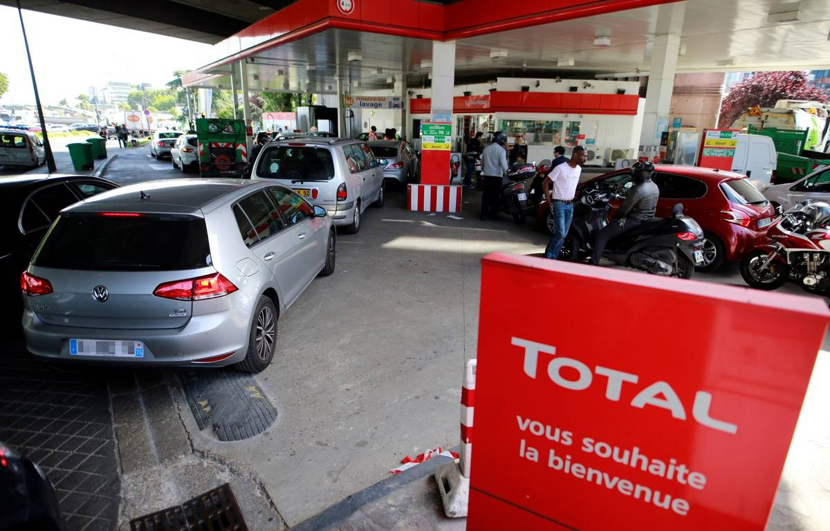 Les automobilistes font la queue dans une station essence d'Issy-les-Moulineaux, le 31 mai 2017. – BENJAMIN CREMEL / AFP