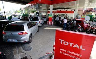 Les automobilistes font la queue dans une station essence d'Issy-les-Moulineaux, le 31 mai 2017.