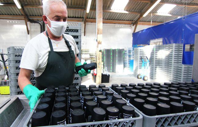 Yvon travaille à La Feuille d'Erable, à Rennes. L'entreprise d'insertion a ouvert une station pour laver les contenants avec un système de consigne.