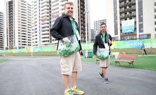 Un volontaire distribue des préservatifs dans le village olympique à Rio, le 28 juillet 2016.