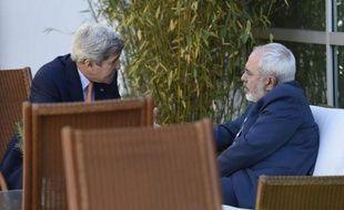 Le secrétaire d'Etat américain, John Kerry, en discussions avec le ministre iranien des Affaires étrangères, Mohammad Javad Zarif, le 30 mai 2015 à Genève