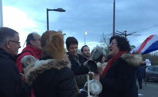Des manifestants acceuillent le candidat à la présidentielle François Fillon avec des casseroles au zénith d'Orléans le 7 mars 2017