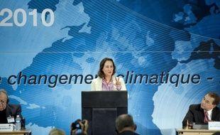 """Ségolène Royal (PS) a tendu lundi la main aux centristes, selon elle """"très mal traités"""" lors du remaniement du gouvernement, et appelé les socialistes à se """"mettre maintenant en ordre de marche"""" pour la présidentielle de 2012."""