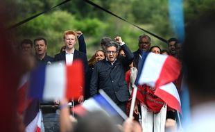 Adrien Quatennens (LFI) se tient aux côtés de Jean-Luc Mélenchon.