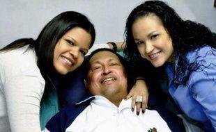 """L'état de santé du président vénézuélien Hugo Chavez, hospitalisé depuis presque trois mois pour un cancer, connaît une """"aggravation"""" en raison """"d'une nouvelle et grave infection"""" respiratoire, et sa situation demeure """"délicate"""", a annoncé lundi le gouvernement."""