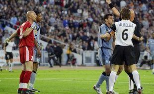Fabien Barthez expulsé par Pierluigi Collina lors de la finale 2004.