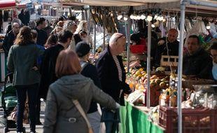 Des Français continuent de faire leur marché malgré le coronavirus, ici à Paris, le 19 mars 2020.