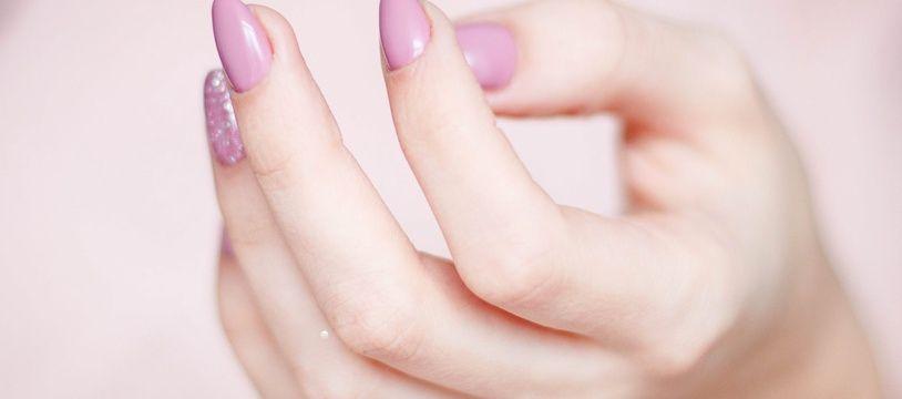 Les ongles d'une main.