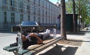 Paris, le 30 mars 2017. - Un Parisien en pleine farniente sous le chaud soleil  de cette fin mars.
