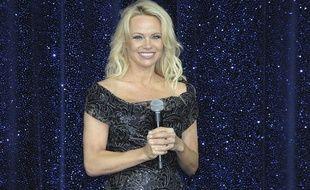 Pamela Anderson était en visite éclair, mercredi, à Calais et Grande-Synthe.