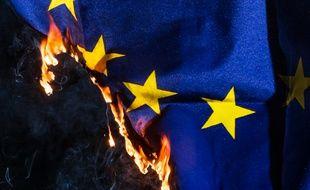 Un drapeau européen est brûlé lors d'une manifestation en faveur du Brexit, à Manchester.