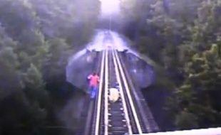 Capture d'écran de la vidéo de l'Indiana Railroad, diffusée le 29 juillet 2014, dans laquelle deux femmes échappent de peu à un train.