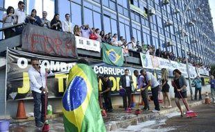 Photo fournie par Agencia Brasil montrant une manifestation de fonctionnaires pour obtenir la démission du minitre brésilien de la Transparence Fabiano Silveira à Brasilia le 30 mai 2016