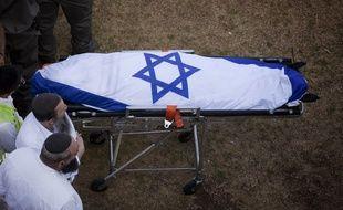 La dépouille de Naftali Frenkel avant son inhumation à Nof Ayalon, près de Modiin, en Israël, le 1er juillet 2014.