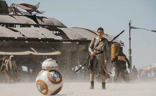 Le droïde BB8 et Rey (Daisy Ridley) dans «Star Wars 7 - Le Réveil de la Force»