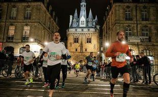 Des coureurs en plein marathon nocturne lors de l'édition du 9 avril 2016 à Bordeaux.  / AFP PHOTO / Thibaud MORITZ