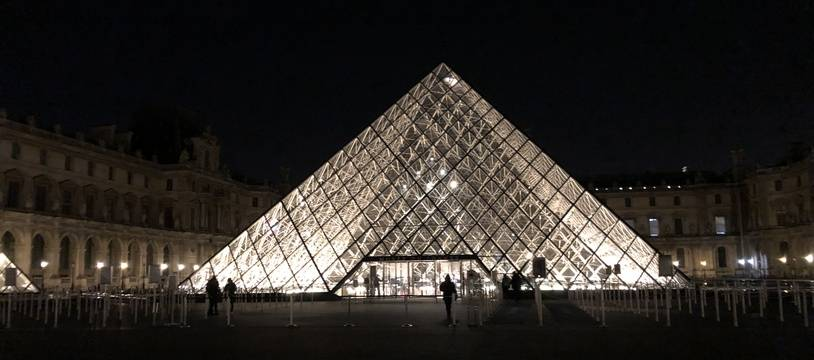 Sous la pyramide du Louvre, des centaines de visiteurs profitent des nocturnes de l'exposition consacrée à Léonard De Vinci.