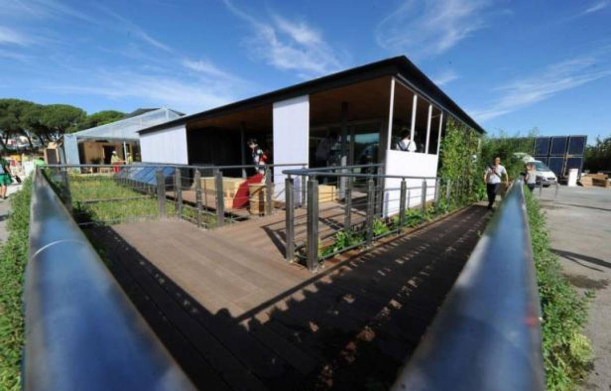 Une maison portugaise qui pivote à 180 degrés en fonction du soleil, une autre japonaise entourée d'une rizière et d'arbres fruitiers pour être auto-suffisante: 19 équipes universitaires du monde entier exposent les maisons écolos-solaires de demain dans un concours à Madrid. – Dominique Faget afp.com
