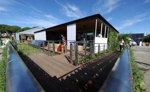 Une maison portugaise qui pivote à 180 degrés en fonction du soleil, une autre japonaise entourée d'une rizière et d'arbres fruitiers pour être auto-suffisante: 19 équipes universitaires du monde entier exposent les maisons écolos-solaires de demain dans un concours à Madrid.