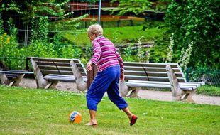 Mamie TFC ne sera pas obligée de jouer au foot. Illustration.
