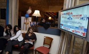 Des Libanaises regardent le résultat des élections américaines à l'ambassade des Etats-Unis, à Beyrouth, le 5 novembre 2008.