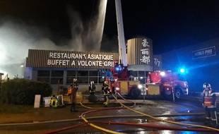 Une quarantaine de pompiers sont intervenus pour éteindre l'incendie du restaurant à Rezé.