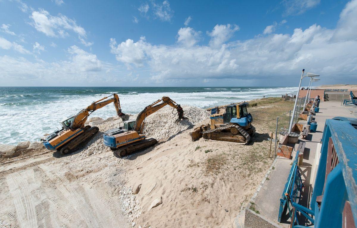 Lacanau, 12 mai 2014. - Travaux de restauration des dunes de la plage centrale de Lacanau dont le littoral a ete endommage lors des intemperies de l'hiver 2014. - Photo : Sebastien Ortola – SEBASTIEN ORTOLA