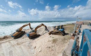 Lacanau, 12 mai 2014. - Travaux de restauration des dunes de la plage centrale de Lacanau dont le littoral a ete endommage lors des intemperies de l'hiver 2014. - Photo : Sebastien Ortola