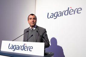 Le groupe Lagardère a confirmé lundi par communiqué qu'il étudiait sa transformation en société anonyme, un bouleversement de gouvernance qui ferait perdre à son patron Arnaud Lagardère.