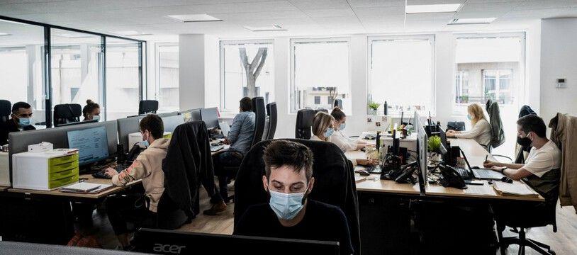 Des personnes portant un masque au bureau.