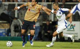 Le buteur de Lyon, Fred (à gauche), face à l'Auxerrois Tamas lors d'un match de ligue1 au stade de l'Abbé Deschamps le 17 mai 2008.