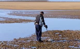 Un homme effectue des fouilles à l'aide d'un détecteur de métaux. (Photo d'illustration)
