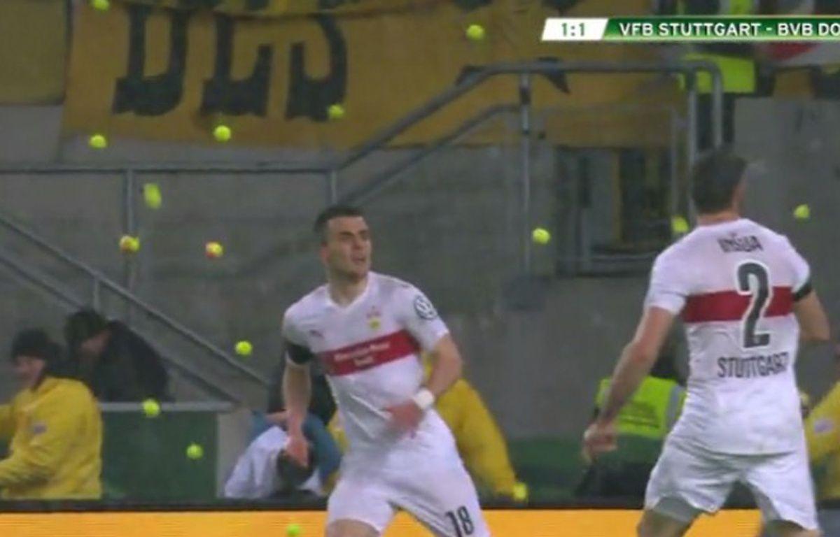 Les supporters de Dortmund ont lancé des balles de tennis sur la pelouse à Stuttgart pour protester contre le prix des places, le 9 février 2016.  – beIN Sports